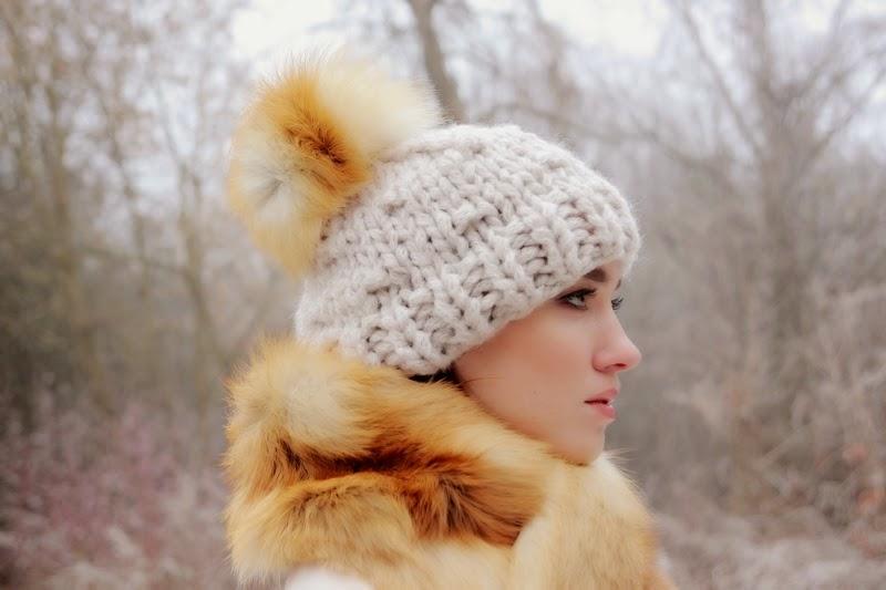 Вязанная шапка в сочетании с шубой из лисы